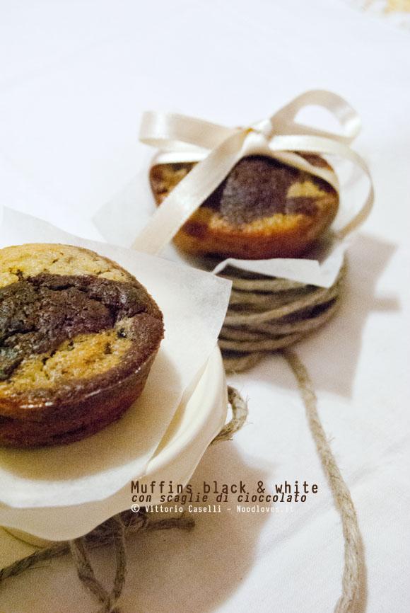 Muffins black and white con scaglie di cioccolato