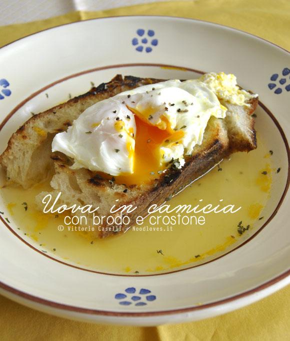 Uova in camicia con brodo vegetale e crostone di pane