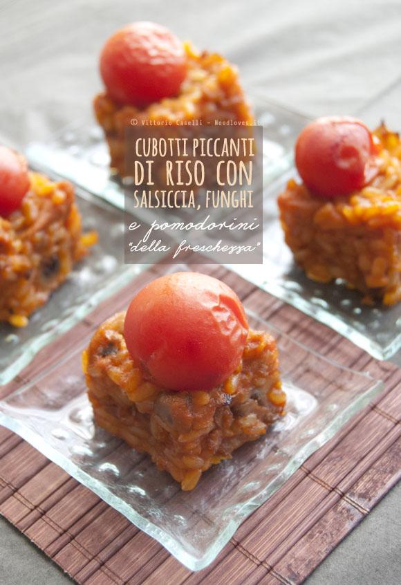 Cubotti piccanti di riso con salsiccia, funghi e pomodorini