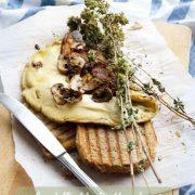 Omelette filanti alle erbe con chips di champignon confit e pane ai cereali