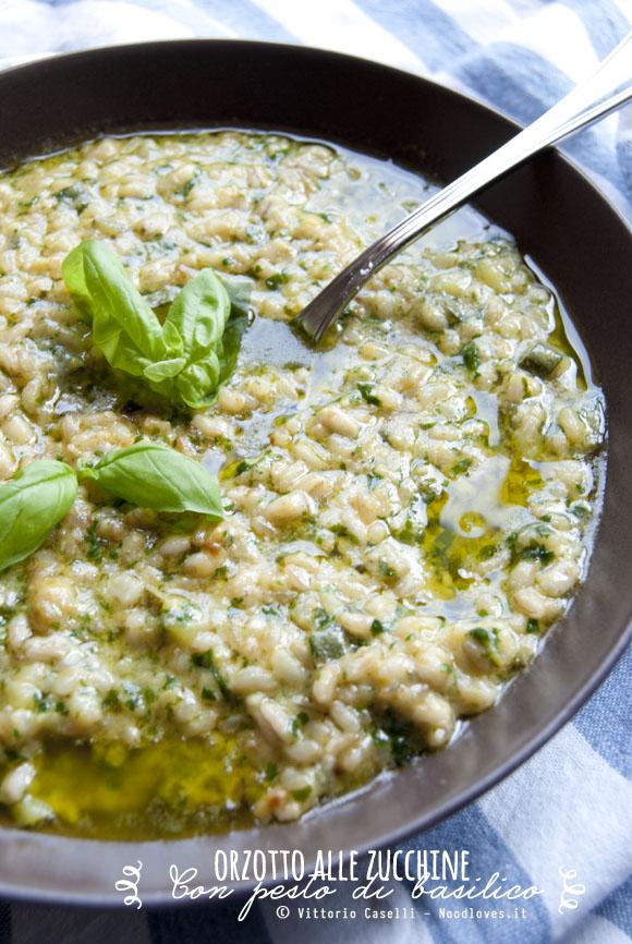 Orzotto alle zucchine con pesto di basilico