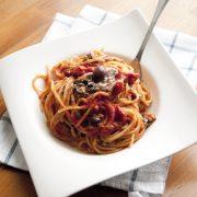 Spaghetti al pomodoro piccante mantecati con tonno e olive nere: pronti in 10 minuti!