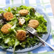Crocchette di pollo leggere con patate e piselli, al limone e insalata mista
