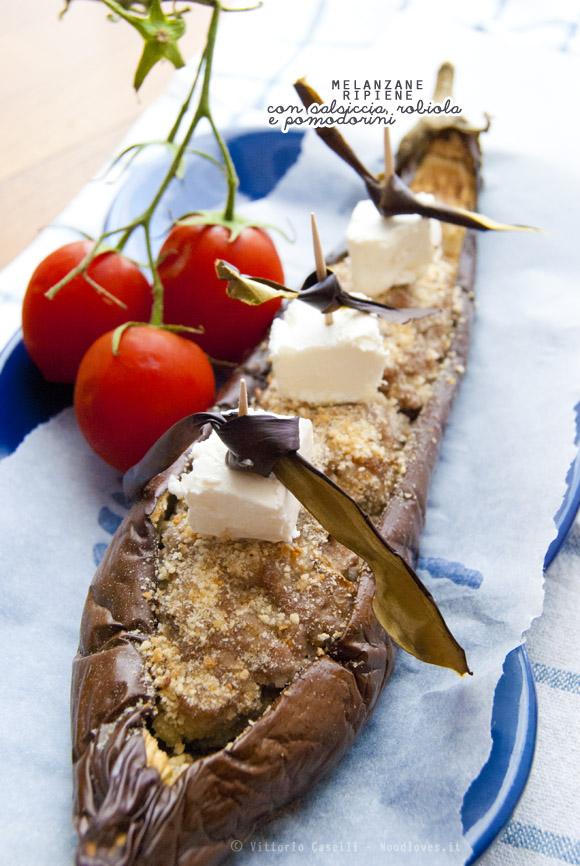 Melanzane ripiene con salsiccia, cubetti di robiola e pomodorini confit