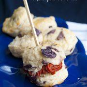 Scones salati al parmigiano e olive nere, dalla farcia golosa!
