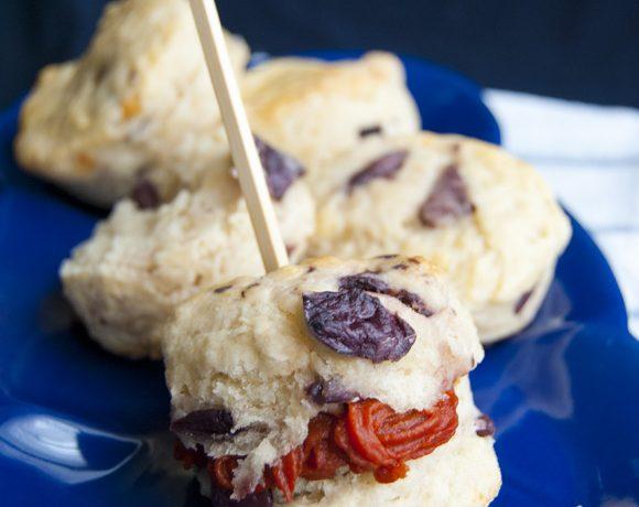 Scones salati al parmigiano e olive