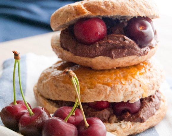 Bagels integrali con ganache al cioccolato fondente e ciliegie
