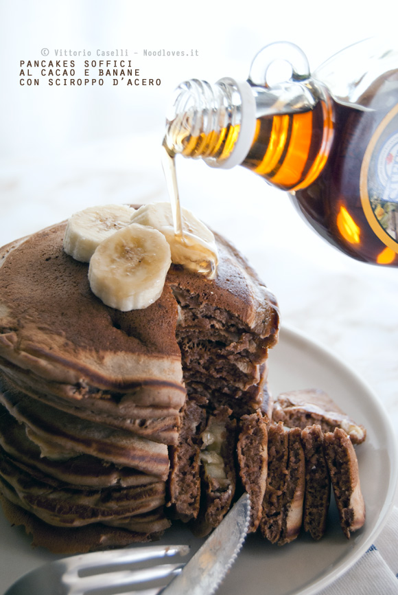 Pancakes soffici al cacao con banane e sciroppo d'acero