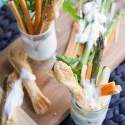 Pinzimonio di robiola e yogurt greco con verdure fresche e grissini di pizza