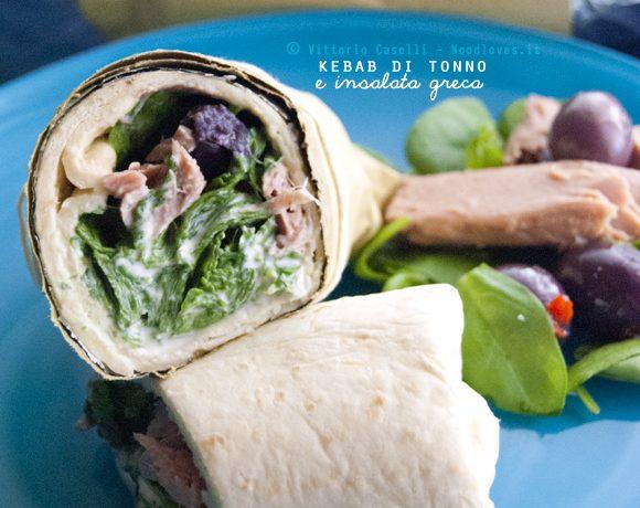 Kebab di tonno e insalata greca