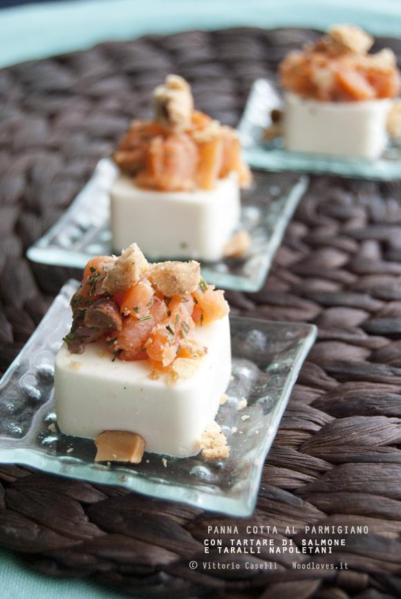 Panna cotta salata al parmigiano con tartare di salmone affumicato e taralli napoletani