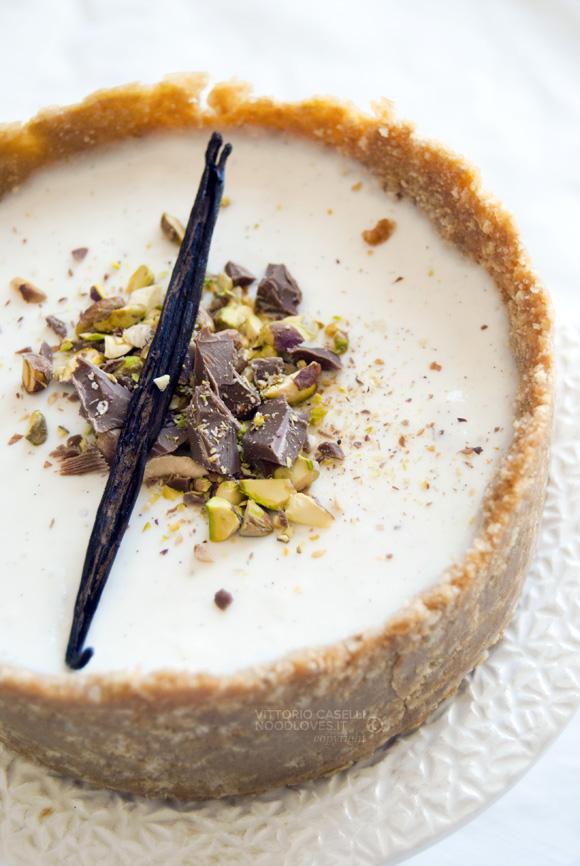 Cheesecake senza cottura ai sapori di Sicilia, con latte di mandorla, agrumi e pistacchi