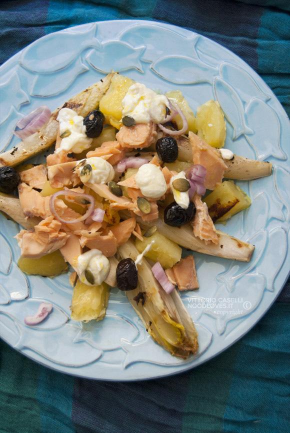 Insalata di patate e salmone con indivia alla piastra e yogurt greco