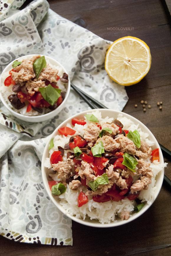 Insalata di riso basmati con tonno e pomodori