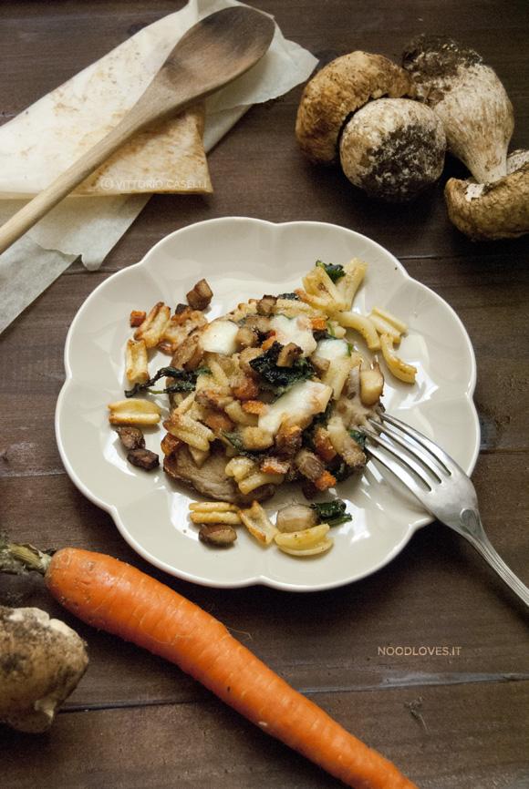 Pasta ai funghi porcini freschi gratinata al forno, un meraviglioso sapore d'autunno