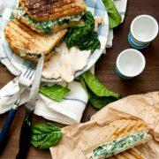 Sandwich al pollo e spinaci con yogurt greco speziato