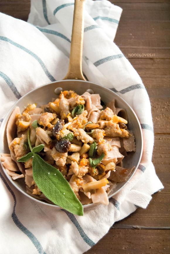 Tagliatelle alla farina di castagne con ragù di salsiccia e funghi