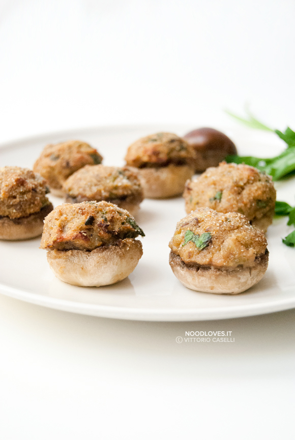 Cappelle di funghi ripieni con castagne e pancetta