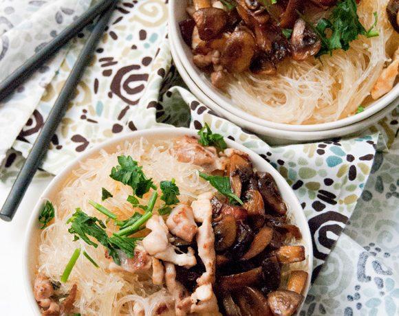 Noodles in brodo di pollo e funghi