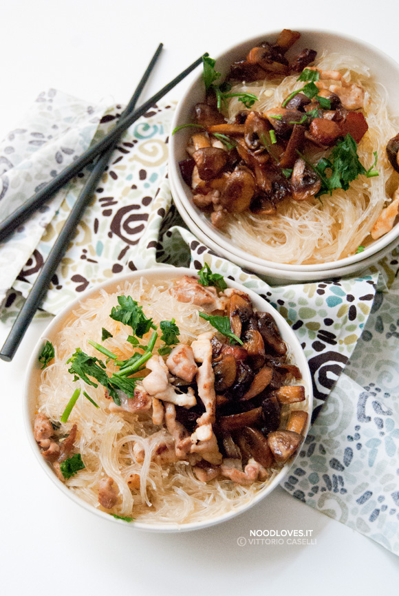 Noodles in brodo di pollo con funghi alla soia