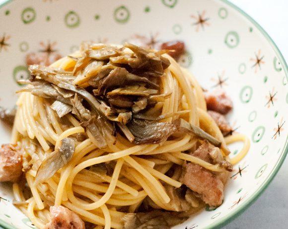 Spaghetti con carciofi e salsiccia