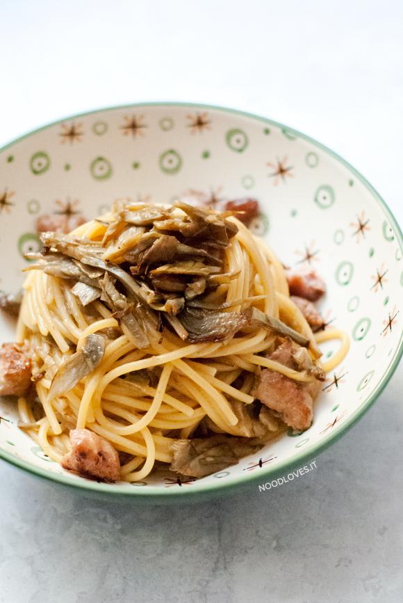 Spaghetti ai carciofi cremosi e salsiccia croccante