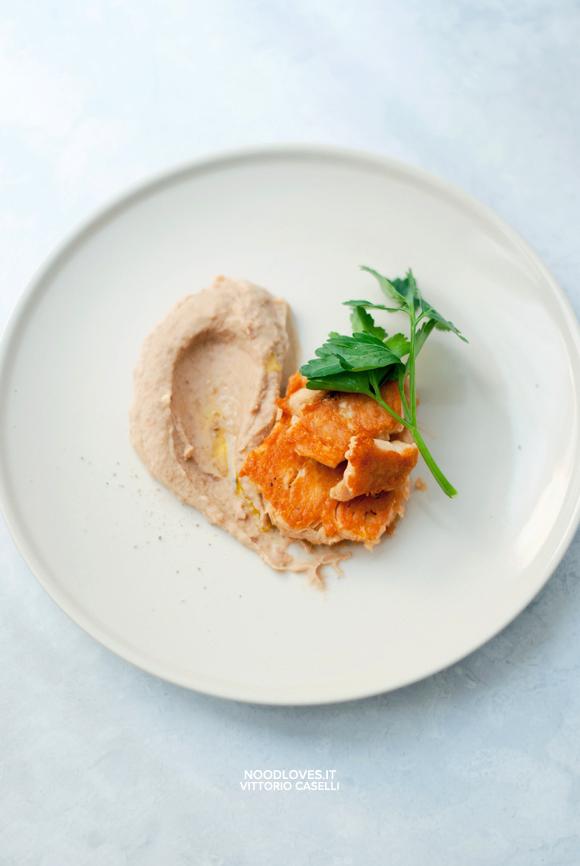 Hummus di fagioli con Salmone in padella