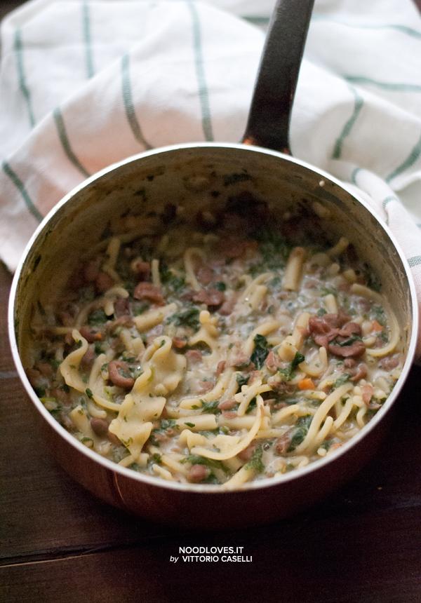 Minestra di pasta con legumi e spinaci