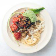 Spaghetti alla burrata con pomodorini confit e crumble alle olive e basilico