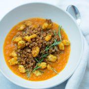 Vellutata di zucca con gamberoni al curry e farro