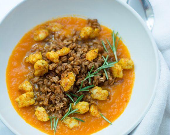 Vellutata di zucca con gamberi al curry e farro
