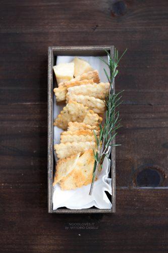 Crackers al parmigiano e rosmarino