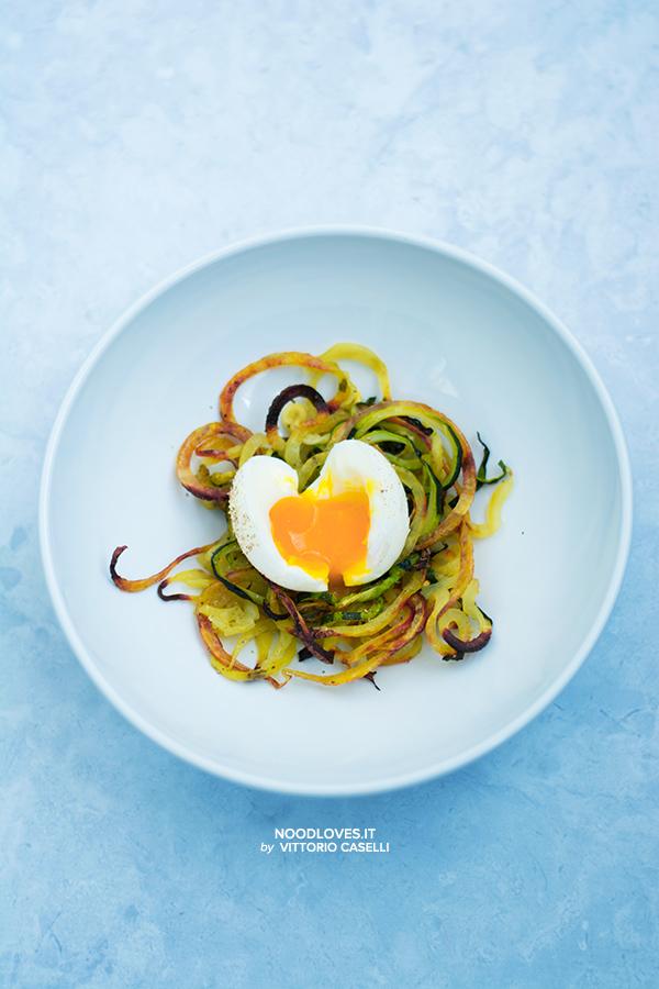 Uova barzotte con nidi di patate e zucchine