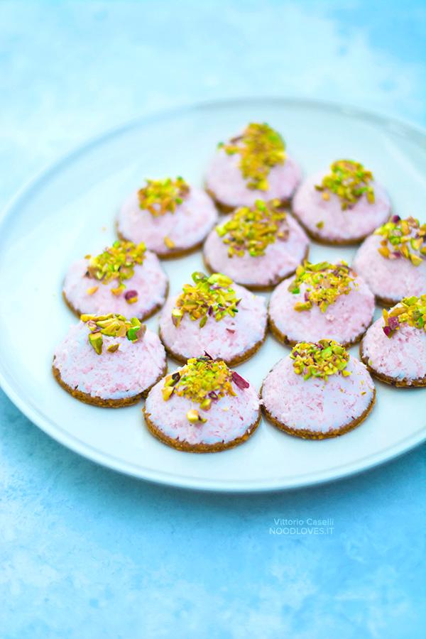 Biscotti salati con mousse di mortadella