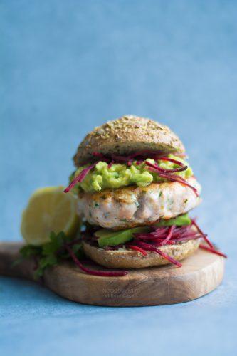 Burger di salmone fresco in padella